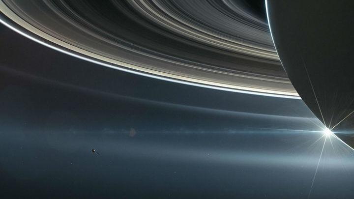 """""""Кассини"""" стал первым аппаратом, побывавшим между Сатурном и его кольцами."""