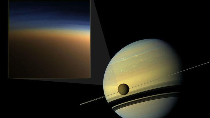 Слева сверху показана фотография атмосферной дымки на Титане в естественных цветах. Справа - Титан, изображённый на фоне Сатурна.