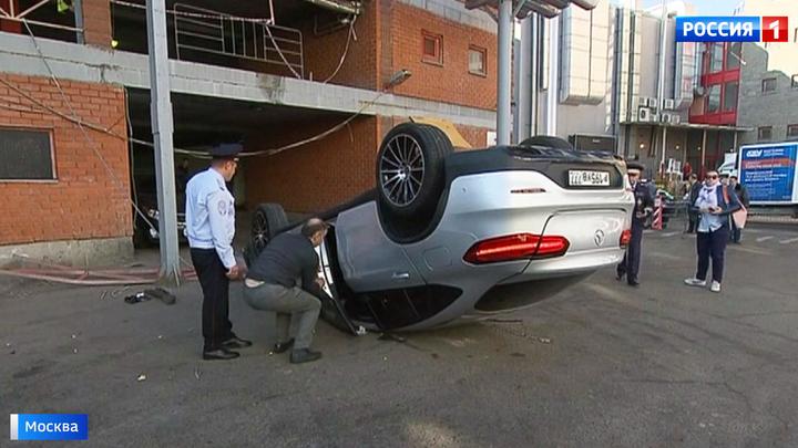 """Водитель рухнувшего с парковки """"Мерседеса"""" перепутал педали"""