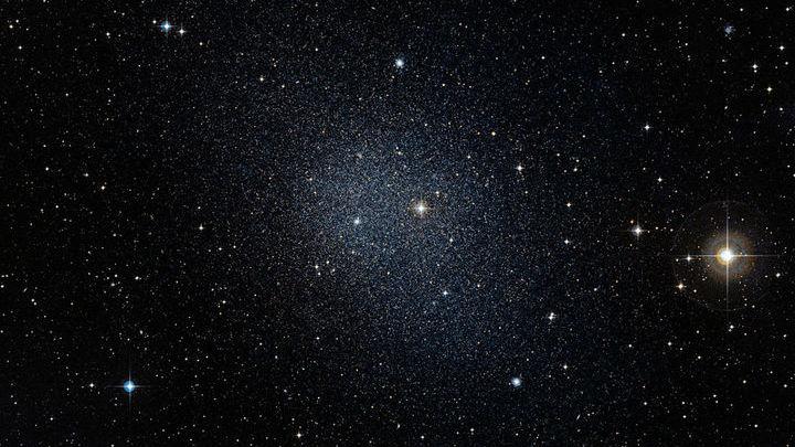 """О существовании тёмной материи известно благодаря движению галактик и звёзд. Но, возможно, она образует и свои собственные """"звёзды""""."""