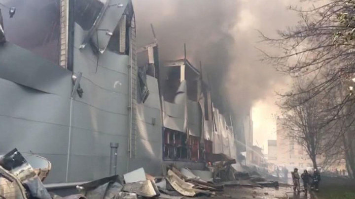 """Пожарным удались уменьшить площадь пожара в петербургской """"Ленте"""""""