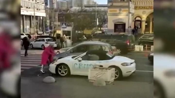 Молодая киевлянка изрубила топором спорткар Porsche, припаркованный в центре города