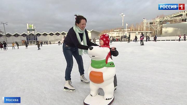 Почувствовать зиму: москвичи пробуют лед в городских парках