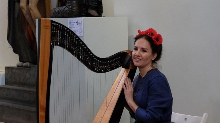 Ирина Пыжьянова со своим инструментом (кельтская арфа). Фото предоставлено Ириной Пыжьяновой