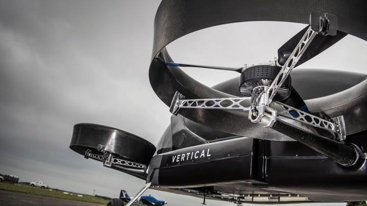 Устройство имеет четыре трёхлопастных ротора, расположенных попарно в передней и задней части корпуса.