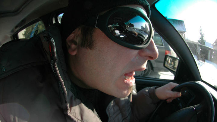 Учёные измерили частоту, мотивацию и последствия криков и ругательств во время вождения автомобиля.