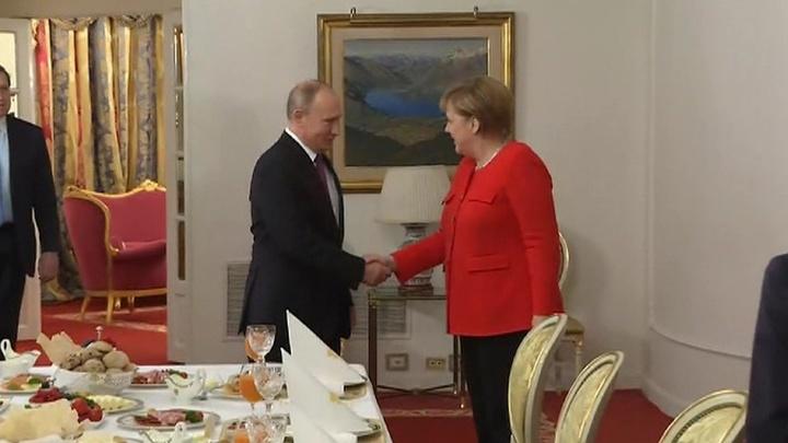 Рабочий завтрак: Путин тепло приветствовал Меркель и пригласил к столу