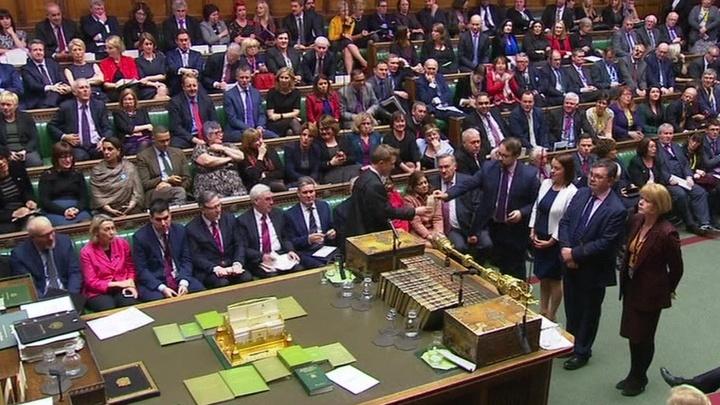 Парламент Великобритании открыто выступает против правительства Мэй