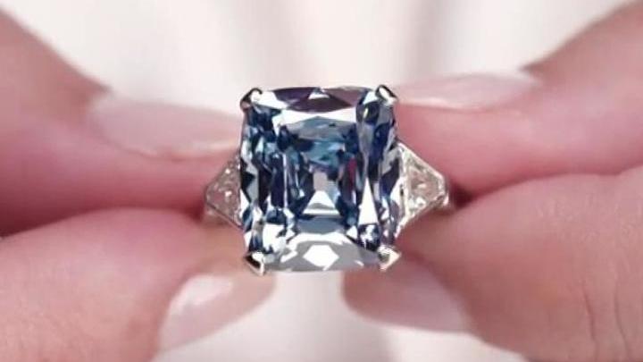 На аукционе Christie's продали уникальный ярко-голубой бриллиант