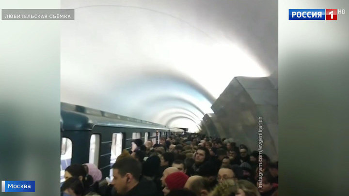 Задержки поездов и жуткая давка: к сбоям в метро привели технические неполадки