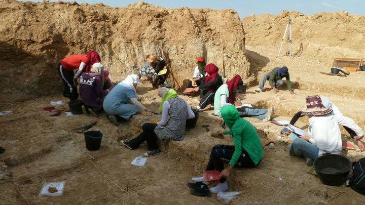 Исследователи работают на месте Айн Бушерит.