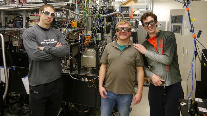 Команда Нидермайера (в центре) придумала и протестировала способ удержания электронов в чрезвычайно узком пучке.