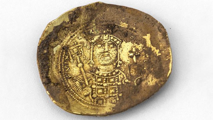 Византийская монета-скифата, найденная в Кесарии. Фото: Israel Antiquities Authority