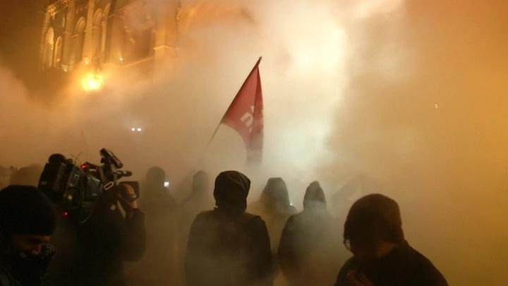 В Будапеште демонстранты попытались прорваться к парламенту. Полиция применила газ