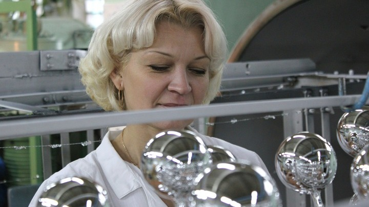 Юлия Чижова, метализатор. После печи с вольфрамом, будущие елочные шарики становятся «серебряными». А «усики» для удобства работы с будущими игрушками…