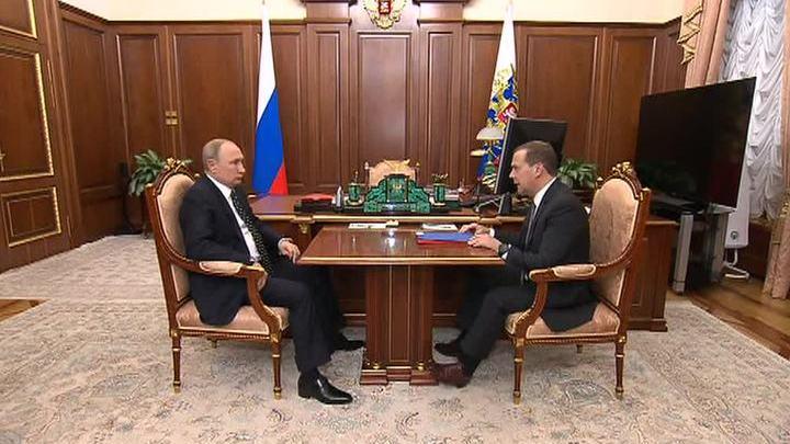 Путин поручил Медведеву контролировать выполнение нацпроектов на местах