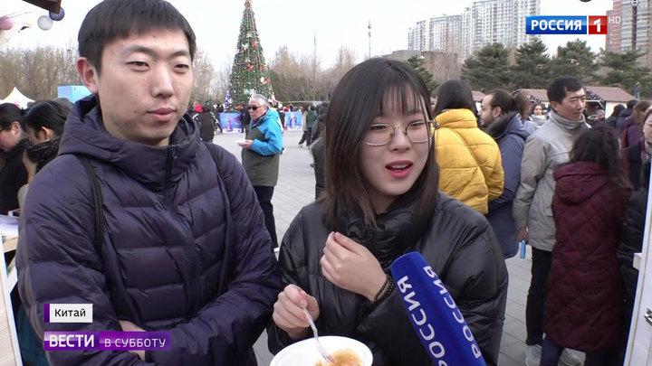 Русские выходные в Пекине: китайцы наряжают елки и водят хороводы