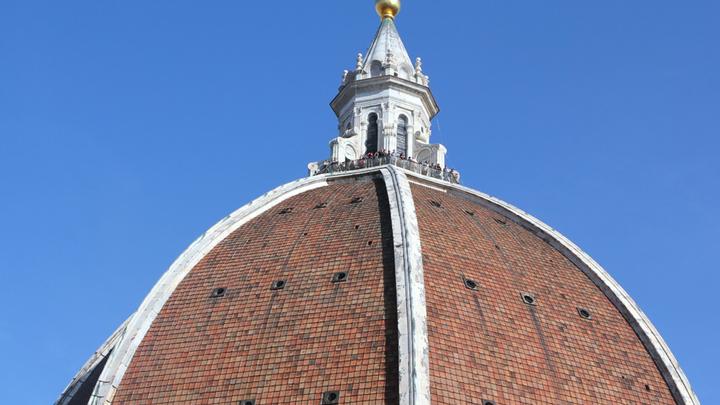 Восьмигранный пустотелый купол Филиппо Брунеллески высотой 91 метр опирается на барабан диаметром 45,52 метра. Установка фонаря завершена в 1461 году. Фото Л. Варебруса