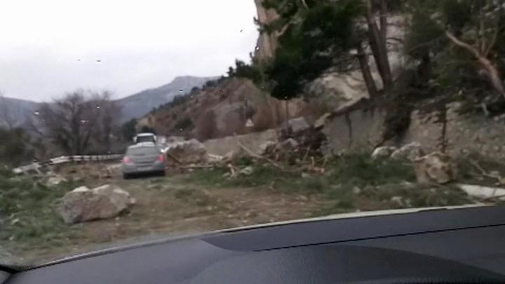 На дорогу Ялта - Севастополь обрушились огромные камни