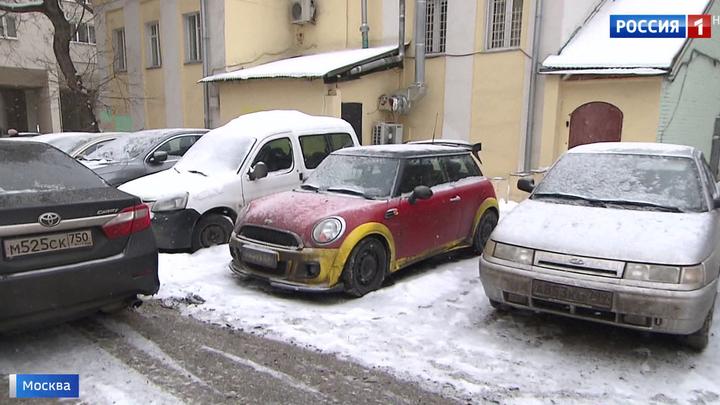 Не пройти: столичный дворик превратился в стихийную парковку