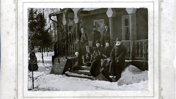 Из музейного архива. Чеховы на веранде мелиховского дома, 1892 год.