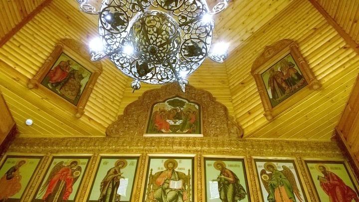 Купол с деталями резного иконостаса церкви Рождества Христова с деисусным чином и иконой «Спас на престоле» в центре. Фото Л.Варебруса