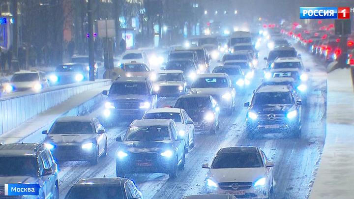 Москва в предновогодних пробках: водителям рекомендуют общественный транспорт