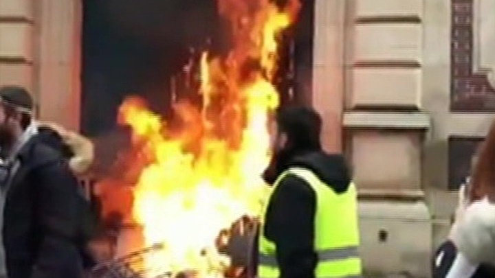 """""""Макрона в отставку"""": желтые жилеты вышли на акции протеста в Бордо, Марселе и Париже"""