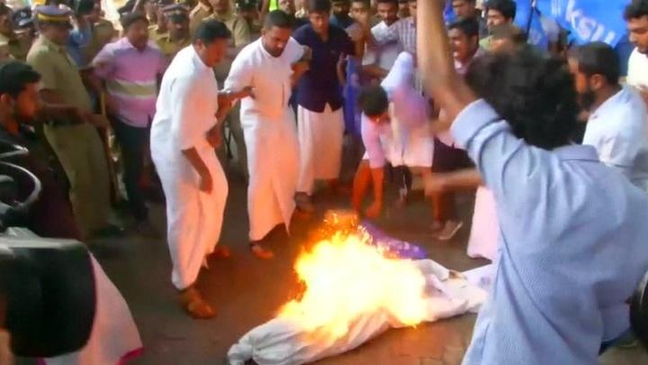 Индию сотрясают религиозные волнения