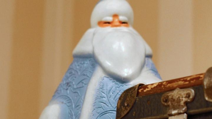 А пластмассовому Дед Морозу из 70-х, время собираться в дорогу, праздники кончаются… Фото Леонида Варебруса