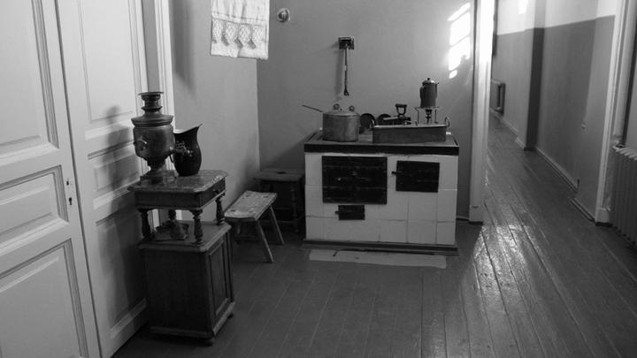 Кухня в квартире начала прошлого века. Санкт-Петербург. Фото Леонида Варебруса