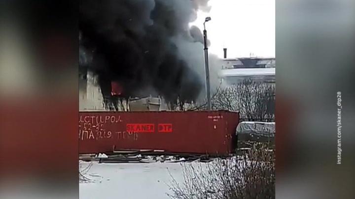 Крупный пожар вспыхнул на складе в Благовещенске