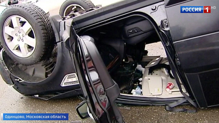 Перепутала педали: в Одинцове машина рухнула с третьего этажа парковки