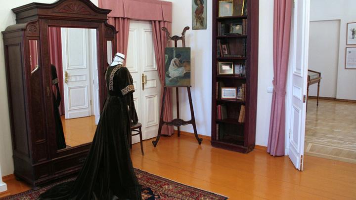 """В одной из комнат особняка с интерьером XIX от """"бабы Дуни"""", дочери писателя Евдокии Лажечниковой. Фото Л.Варебруса."""