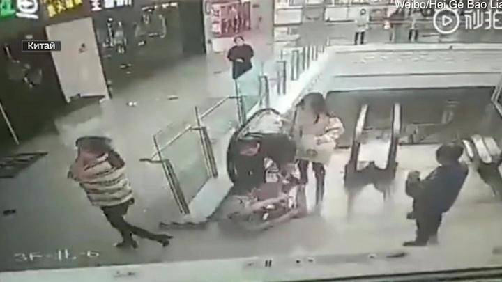 В Китае военный поймал упавшего с эскалатора младенца