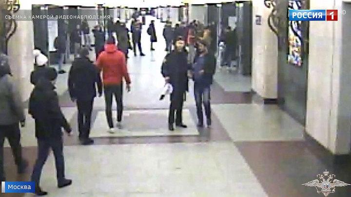 Пырнули ножом за замечание: буйные пассажиры метро задержаны