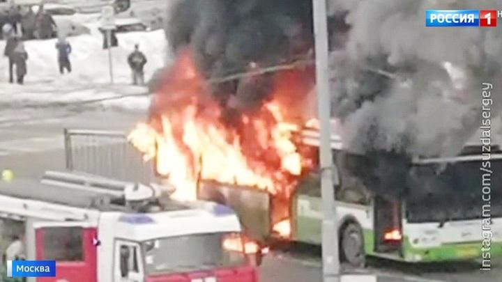 На северо-востоке столицы загорелся пассажирский автобус