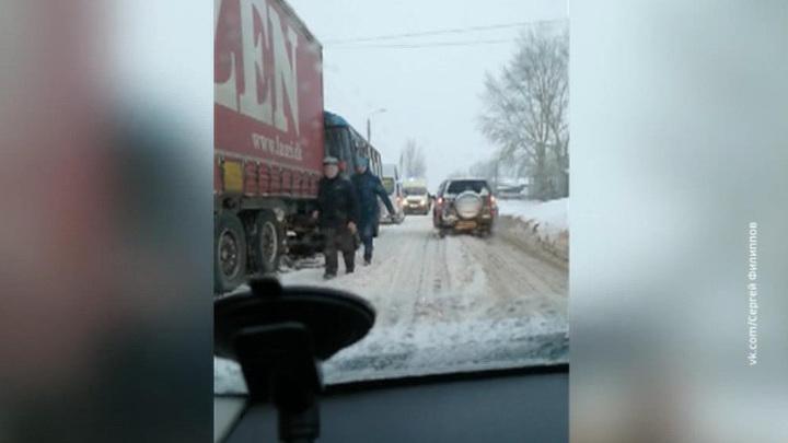 В Нижнем Новгороде автобус врезался в грузовик: более 20 пострадавших