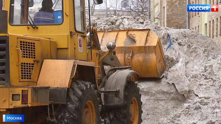 В центре Москвы начали разбирать снежные горы