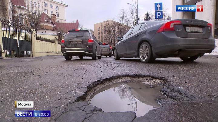 Из-за таяния снега в Москве на дорогах появились выбоины