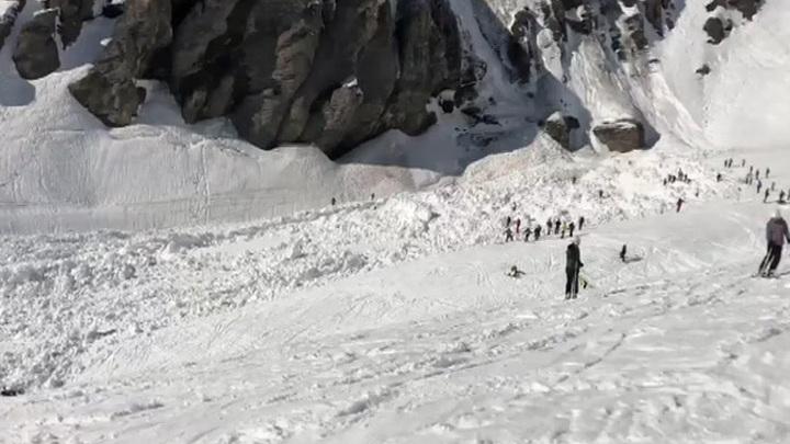 Под лавину в Швейцарии попали 12 человек