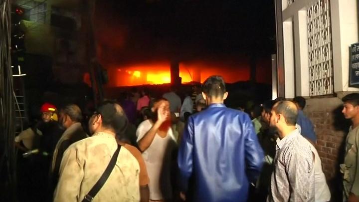 Число жертв пожара в Дакке растет