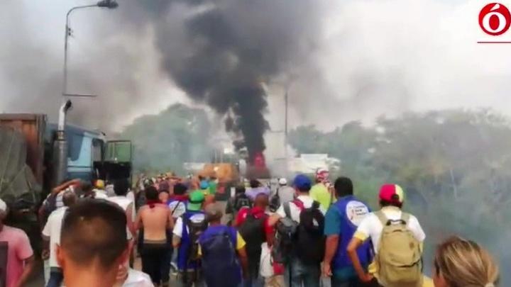 На границе Венесуэлы горят три грузовика с гумпомощью