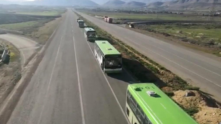 """За беженцами лагеря """"Эр-Рукбан"""" едет колонна автобусов"""
