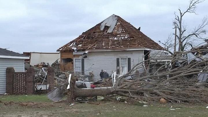 В Джорджии продолжает бушевать торнадо
