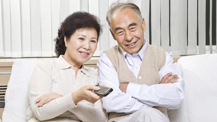 Возможно, пожилым людям стоит ограничивать время просмотра телевизора и переключаться на более высокоинтеллектуальную деятельность.