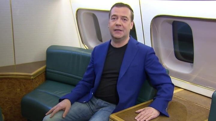 Медведев поздравил россиянок с борта самолета