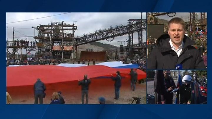 В честь юбилея присоединения Крыма над Севастополем развернули самый большой триколор