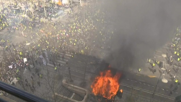 """94 человека задержаны в ходе протестов """"Желтых жилетов"""" в Париже"""