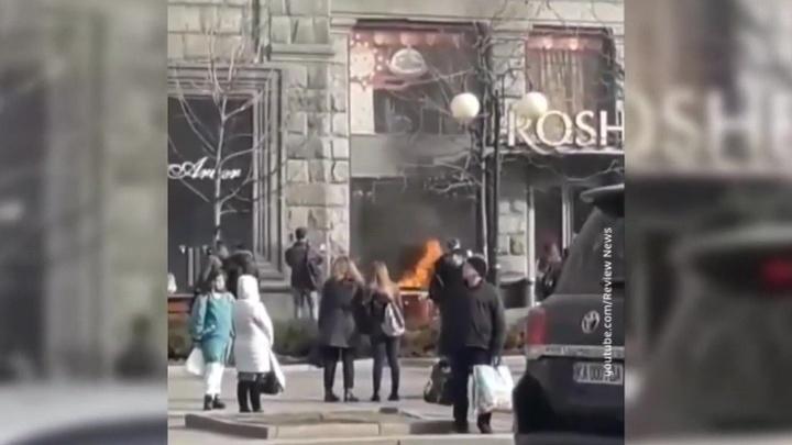 В Киеве жгут кондитерские магазины Порошенко